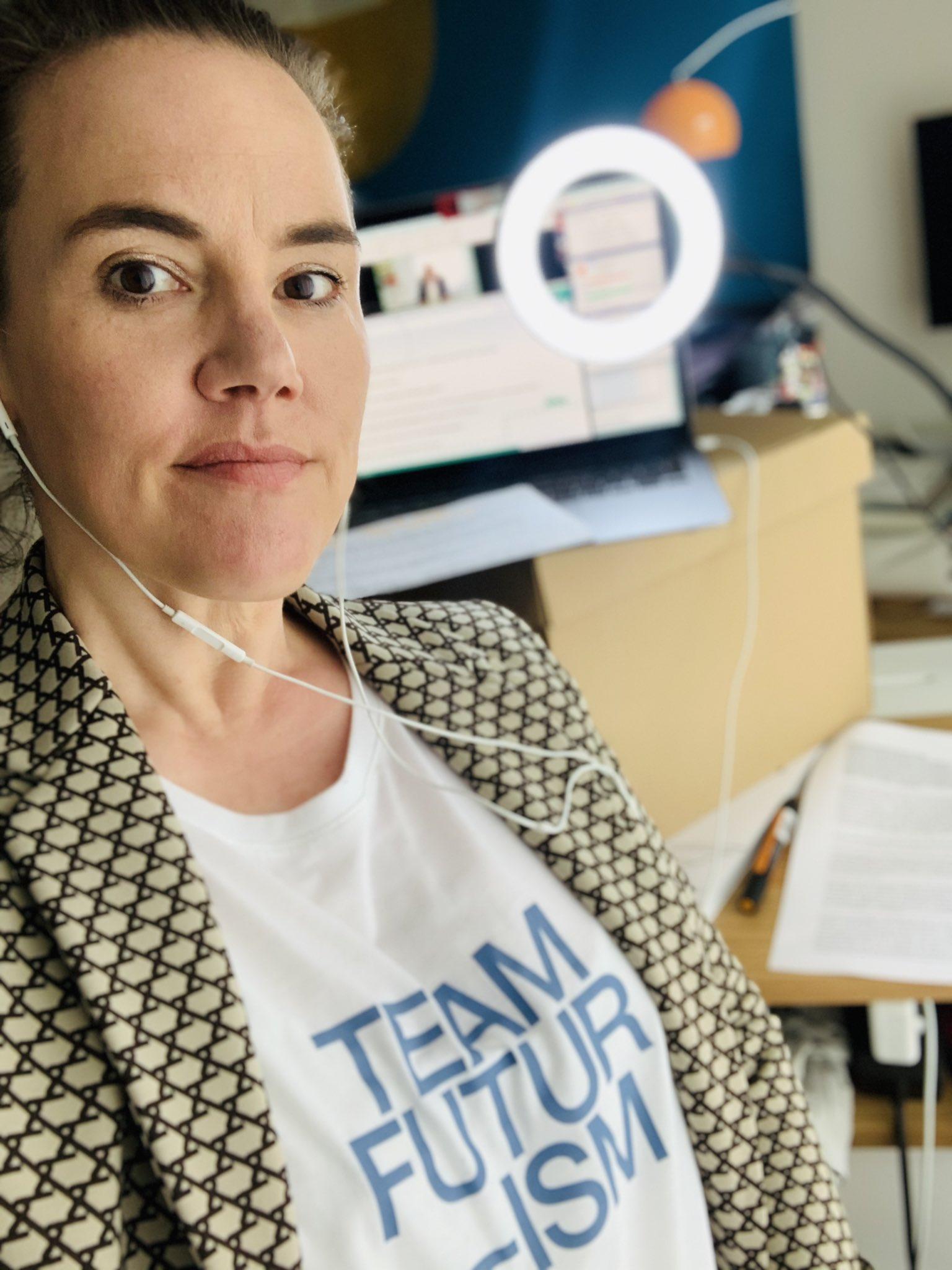 HIer siehst du ein Selfie von Katja Diehl an ihrem Schreibtisch.